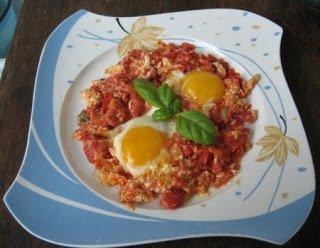 Uova al pomodoro nel piatto 450x349